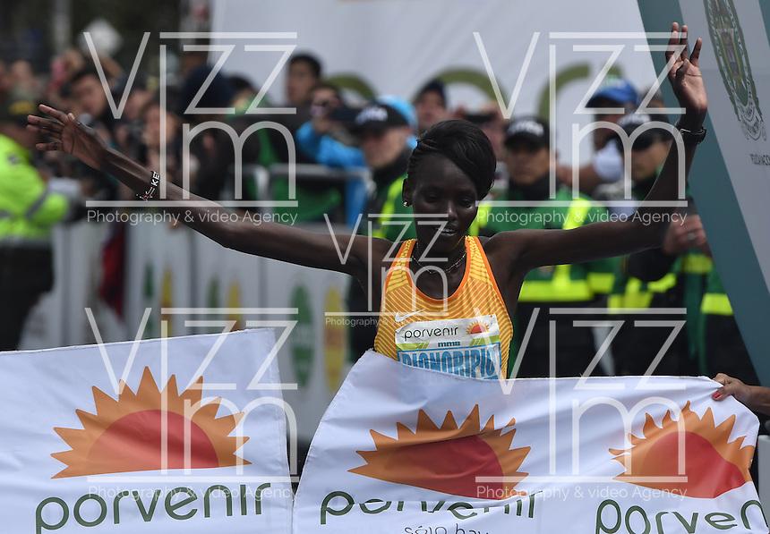 BOGOTA - COLOMBIA - 31-07-2016: Purity Rionoripio de Kenia en damas, se impuso en la media maraton de Bogota con un tiempo de 1h 11m 56s donde participaron mas de 40.000 atletas. / Purity Rionoripio of Kenya in ladies, won the Bogota Half Marathon with a time of 1h 11m 56s, with the participation of over 40,000 athletes. Photo: VizzorImage/ Gabriel Aponte / Staff