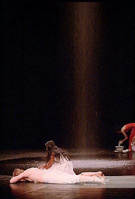 NEFES<br /> Choregraphie : BAUSCH Pina<br /> Th&eacute;&acirc;tre de la Ville<br /> Paris<br /> 04/06/2004<br /> &copy; Laurent Paillier / photosdedanse.com<br /> All rights reserved