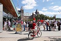 Nederland - Amsterdam - 2018. Toeristen op het Museumplein. Foto Berlinda van Dam / Hollandse Hoogte.