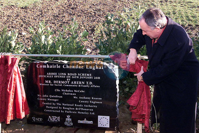 A comemorative plaque is unvieled by Minister Dermott Ahern TD at the Dunleer-Dundalk motorway..Picture: Newsfile