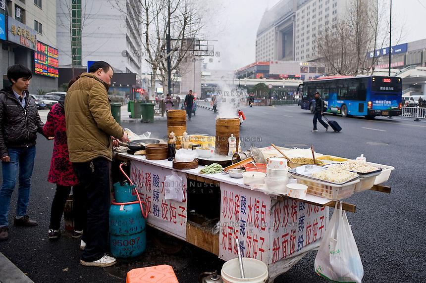 Uno scorcio di vita quotidiana nella stazione di Hangzhou.<br /> Normal life in Hangzhou
