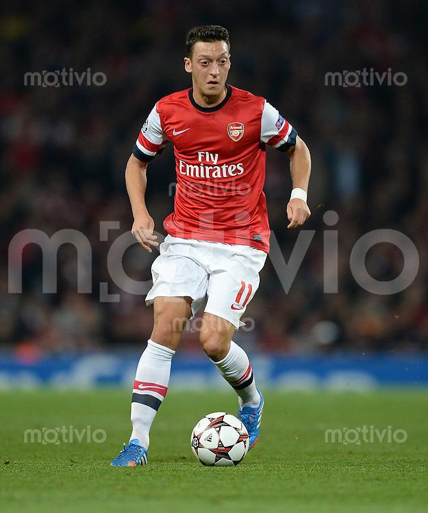 FUSSBALL   CHAMPIONS LEAGUE   VORRUNDE     SAISON 2013/2014    Arsenal London - SSC Neapel   01.10.2013 Mesut Oezil (Arsenal) Einzelaktion am Ball