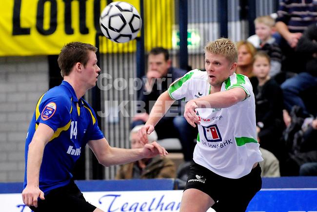 GRONINGEN -l NIC - Koog Zaandijk , Korfbal League, seizoen 2010-2011, 16-01-2011 Jornt de Nekker van NIC met Rick Voorneveld van KZ..