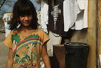 ITALIA Torino  Campo nomadi Rom  (Campo dell'Arrivore, 2001) una ragazzina