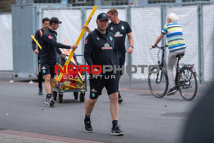 28.06.2020, Trainingsgelaende am wohninvest WESERSTADION,, Bremen, GER, 1.FBL, Werder Bremen Training, im Bild<br /> <br /> Thomas Horsch (Co-Trainer SV Werder Bremen)<br /> Günther / Guenther Stoxreiter (Athletik-Trainer Werder Bremen)<br /> Ilia Gruev (Co-Trainer SV Werder Bremen)<br /> Tim Borowski (Co-Trainer SV Werder Bremen) <br /> bereiten das Trainnig vor und bringen die Utensilien zu Platz 4 und 5<br /> <br /> Foto © nordphoto / Kokenge