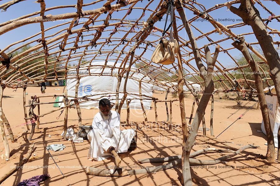 BURKINA FASO Djibo , malische Fluechtlinge, vorwiegend Tuaregs, im Fluechtlingslager Mentao des UN Hilfswerks UNHCR, sie sind vor dem Krieg und islamistischem Terror aus ihrer Heimat in Nordmali geflohen, Fluechtling ABOU SAMED aus Timbuktu / BURKINA FASO Djibo, malian refugees, mostly Touaregs, in refugee camp Mentao of UNHCR, they fled due to war and islamist terror in Northern Mali, refugee Abou Samed from Tombouctou