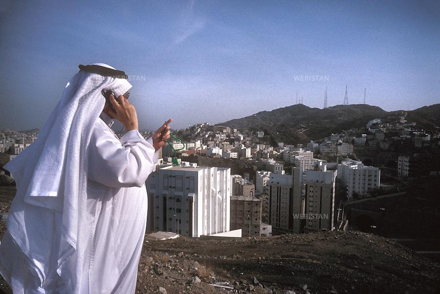 2002. Abdal Ghazi on the phone goes around the city. Abdal Ghazi au téléphone nous fait faire un tour de la ville.