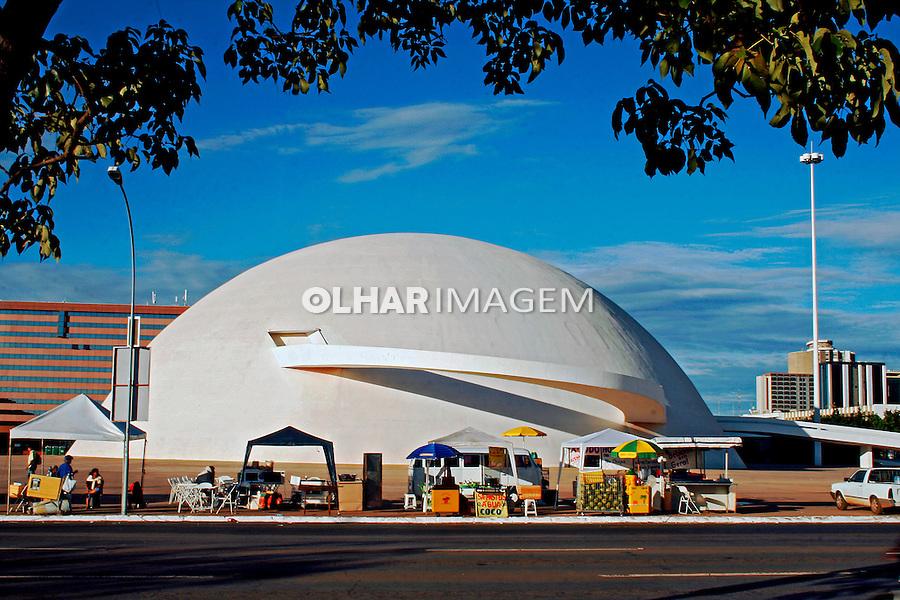 Comercio ambulante e edificio do Museu da Republica em Brasilia. Distrito Federal. 2010. Foto de Idemar Jose.