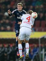 FUSSBALL   1. BUNDESLIGA  SAISON 2012/2013   9. Spieltag FC Augsburg - Hamburger SV           26.10.2012 Artjoms Rudnevs (li, Hamburger SV) gegen Dominik Reinhardt (FC Augsburg)