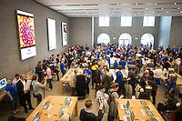 Berlin,Eine Vielzahl von Kunden steht am Freitag (03.05.13)  in Berlin im neuen Applestore am Kurfuerstendamm. Foto: Timur Emek/CommonLens