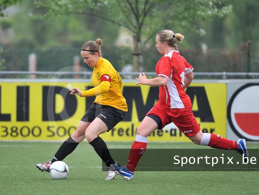 Lierse U16 - Standard de Liege U16 : Jana Janssens aan de bal voor Valentine Duprez (rechts).foto DAVID CATRY / Nikonpro.be