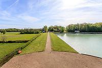 France, Indre-et-Loire (37), Amboise, la pagode de Chanteloup, vu depuis l'étage de la pagode sur le pavillon du concierge et l'allée de la Menaudière
