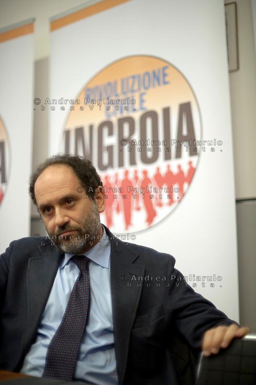 """Milano,""""Arci Umanitaria"""" di via Solari. Antonio Ingroia incontra i sostenitori lombardi di Rivoluzione Civile."""