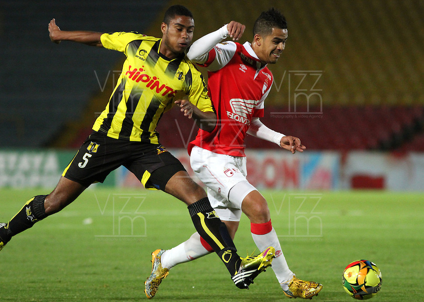 BOGOTA -COLOMBIA, 23-AGOSTO-2014.  Yulian Anchico ( Der) de Independiente  Santa Fe  disputa el balón con David Valencia ( Izq) de  Alianza Petrolera   durante partido   de La Liga Postobón sexta fecha 2014-2. Estadio  Nemesio Camacho El Campin   / Yulian Anchico (R) of Independiente Santa Fe fights for the ball with David Valencia  (L) of Alianza Petrolera  during La Liga match Postobón six  date 2014-2.  Nemesio Camacho El Campin stadium . Photo: VizzorImage /Felipe Caicedo / Staff