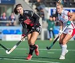 AMSTELVEEN - Michelle Fillet (Adam) met Lisa Scheerlinck (OR)   tijdens de hoofdklasse hockeywedstrijd dames,  Amsterdam-Oranje Rood (2-2) .   COPYRIGHT KOEN SUYK
