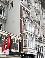 Nederland - Amsterdam 2018.  Het Victoria Hotel. Enkele woonhuizen zijn ingebouwd omdat de eigenaren hun huis niet aan het hotel wilden verkopen.   Foto Berlinda van Dam / Hollandse Hoogte