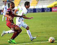 IBAGUÉ -COLOMBIA, 24-06-2015. Un (Izq) jugador de Deportes Tolima disputa el balón con Paul Rubiano (Der) jugador del Atlético Huila por la fecha 10 de la Liga Aguila II 2016 jugado en el estadio Manuel Murillo Toro de la ciudad de Ibagué./ A (L) player of  Deportes Tolima vies for the ball with Paul Rubiano (R) player of Atletico Huila for the date 10 of the Aguila League II 2016 played at Manuel Murillo Toro stadium in Ibague city. Photo: VizzorImage / Juan Carlos Escobar / Str