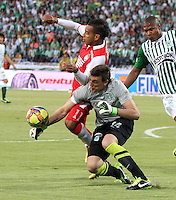 MEDELLÍN -COLOMBIA, 14-07-2013.  Wilder Medina  (Izq) jugador de Independiente Santa Fe disputa el balón contra  Franco Armani (Der) del Atlético Nacional , correspondiente al  primer partido de la final de la Liga Postobón , jugado en el estadio Atanasio Girardot  de Medellín./ Wilder Medina (Left) Independiente Santa Fe player fights for the ball against Franco Armani ( Right) of Atletico Nacional for the first game of the Postobón League final, played at the Atanasio Girardot stadium in Medellin.<br /> . Photo: VizzorImage/ Felipe Caicedo/ STAFF