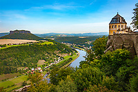 Deutschland, Freistaat Sachsen, Saechsische Schweiz, Blick von Festung Koenigstein auf Friedrichsburg, Elbe und Tafelberg Lilienstein | Germany, the Free State of Saxony, Saxon Switzerland, view from fortress Koenigstein at Friedrichs Castle, river Elbe and table mountain Lilienstein