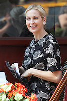 She ain't no diva on set! Kelly Rutherford spotted applying lipstick without any help of the makeup artist while filming a scene of The CW's &quot;Gossip Girl&quot; in New York City, 17.08.2012. Credit: Rolf Mueller/face to face / Mediapunchinc ***online only for weekly magazines**** /NortePhoto.com<br />