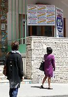 LA CRISI ECONOMICA INFLUENZA IL MERCATO IMMOBILIARE  CARTELLI AFFITTASI E VENDESI APPAIONO SUI MURI DEI PALAZZI IN PIENO CENTRO NAPOLI.FOTO CIRO DE LUCA