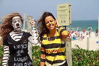 RIO DE JANEIRO, RJ, 16.09.2014,CALOURAS DE BIOLOGIA PINTADAS PEDEM DINHEIRO EM IPANEMA ,CALOURAS EM IPANEMA, Calouras de Biologia UERJ 1ºLugarNaiane Oliveira, 18 anos e 3º Lugar Fernanda Lima, 18 anos com o corpo pintado de Zebra e Abelha pedem dinheiro para apoiar ONG que recolhe animais maltratados, em Ipanema, zona sul do Rio de Janeiro,  nesta terça-feira, 16 (foto: Márcio Cassol/Brazil Photo Press)