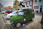 Nederland,Veere, 02-08-2010 . Opmerkelijk reclame uiting van snackbar genaamd Vis en Frituur Hare Majesteit . De oude Renault 4 bestelwagen is geheel bedekt met kunstgras inclusief sproeier. Op het dak ligt een plastic bonte koe. FOTO: Gerard Til / Hollandse