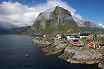 Village et rorbu de Hamnoy sur l ile de Moskenesdoy dans le sud de l'archipel donnant sur le Kjerkfjord. les premieres cabanes de p&ecirc;cheurs des Lofoten ont ete construites sur l ordre du roi&nbsp;Oystein&nbsp;en 1120<br /> rorbu and fishing village of Hamnoy on Moskenesdoy island. the first old fisherman houses have been built in 1120 by the king Oystein