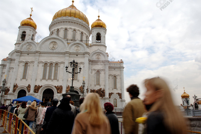 Mourners came to pay tribute to Boris Yelstin, Russia's first elected president, many bringing flowers, as he lay in state at Christ the Saviour Cathedral. April 24, 2007, Moscow, Russia