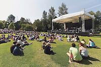 Scene ou des spectacle musicaux se deroule devant un grand amphitheatre de verdure