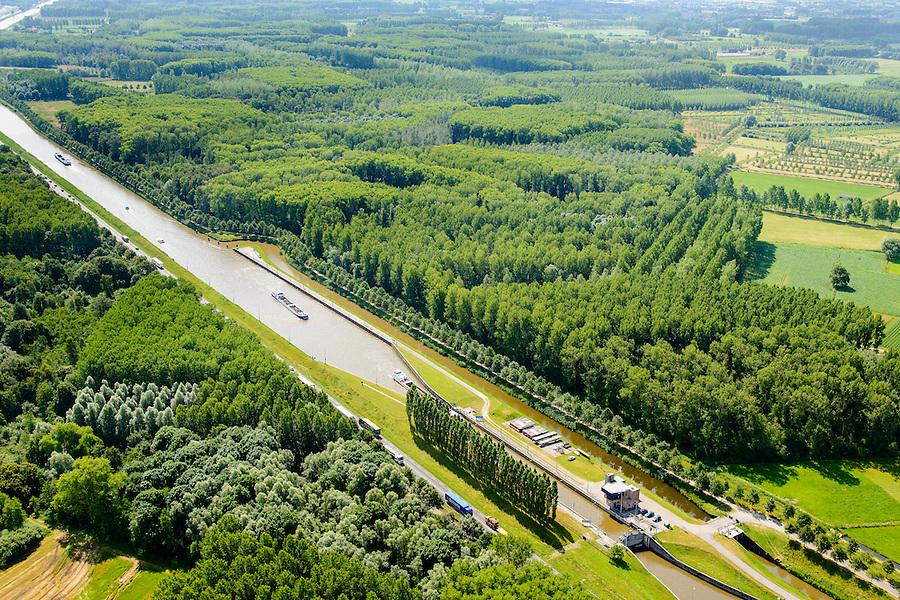 Nederland, Noord-Brabant, Gemeente Heeswijk-Dinther, 26-06-2014;  <br /> Zuid-Willemsvaart, Schutsluis Schijndel.<br /> luchtfoto (toeslag op standaard tarieven);<br /> aerial photo (additional fee required);<br /> copyright foto/photo Siebe Swart.