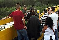 CUCUTA - COLOMBIA - 23-08-2015: Nicolas Maduro, Presidente de Venezuela, ordeno el cierre de la frontera de su pais, con Colombia, y descarto que pueda dar marcha atrás y anular su orden de cerrar la frontera con Colombia en un tramo usado por contrabandistas y paramilitares y anunció que la reabrirá solo cuando se restablezca la paz en el lugar. En el marco de unas medidas adoptadas recientemente contra la inseguridad y el contrabando, consta el cierre desde esta semana y por tiempo indefinido de un tramo de unos de 100 kilómetros de la porosa frontera con Colombia de más de 2.200 kilómetros. Maduro justificó la medida en una emboscada que el miércoles dejó heridos a tres soldados y a un civil, y a una persistente fuga de alimentos, medicinas y combustibles, productos que en un 40 % salen del país por el contrabando a Colombia desabasteciendo a Venezuela, y también para encarar al hampa y al paramilitarismo colombiano. Nicolas Maduro President of Venezuela, ordered the closure of the border of his country, with Colombia, and rule that can backtrack and cancel its order to close the border with Colombia in a stretch used by smugglers and paramilitary and announced the reopening only when peace is restored in place. Under recently adopted measures against insecurity and smuggling, consisting closure from this week and indefinitely for a stretch of about 100 kilometers of the porous border with Colombia over 2,200 kilometers. Maduro justified the measure in an ambush on Wednesday, wounding three soldiers and a civilian, and a persistent leak of food, medicine and fuel products 40% they leave the country by smuggling into Colombia to Venezuela, and also to address the underworld and the Colombian paramilitaries. Photo: VizzorImage / Manuel Hernandez / Cont.