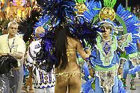 SAO PAULO, SP, 10 FEVEREIRO 2013 - CARNAVAL SP - UNIDOS DO PERUCHE - Integrantes da escola de samba Unidos do Peruche durante desfile do Grupo de Acesso no Sambódromo do Anhembi na região norte da capital paulista, neste domingo, 10 (FOTO:  LOLA OLIVEIRA / BRAZIL PHOTO PRESS)..