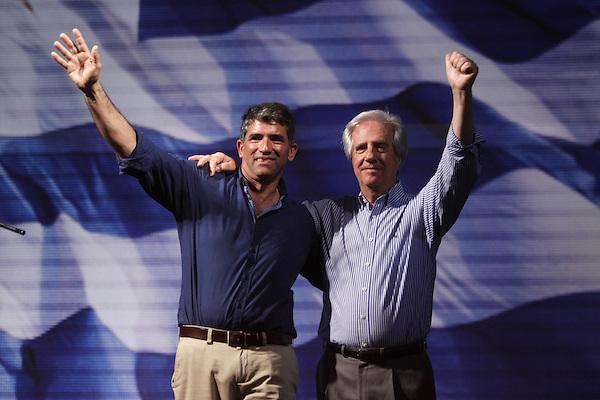 """MON33. MONTEVIDEO (URUGUAY), 26/10/2014.- El expresidente y candidato presidencial uruguayo por el Frente Amplio (FA) Tabaré Vázquez (d) y su compañero de formula, Raúl Sendic (i), participan en un acto público tras las elecciones de hoy, domingo 26 de octubre de 2014, en Montevideo (Uruguay). Tabaré Vázquez, candidato presidencial del Frente Amplio (FA), ofreció hoy """"diálogo"""" y """"experiencia"""" para buscar """"consensos políticos"""" que le permitan obtener la jefatura del Estado de cara a una segunda vuelta electoral. EFE/Iván Franco"""