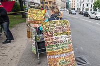 """Am Samstag den 16. Mai 2020 demonstrierten in Berlin an mehreren Orten mehrere hundert Menschen mit sog. """"Hygiene-Demonstrationen"""" gegen die Einschraenkungen zur Eindaemmung der Covid-19-Pandemie. An diesen """"Hygiene-Demonstrationen"""" nahmen vor allem Verschwoerungsanhaenger aber auch Hooligans, Neonazis und andere Rechte teil.<br /> Im Bild: Eine Anhaengerin von Verschwoerungstheorien auf der Suche nach einer der Hygiene-Demonstrationen.<br /> 16.5.2020, Berlin<br /> Copyright: Christian-Ditsch.de<br /> [NUR FUER REDAKTIONELLE ZWECKE! Werbung nur auf Anfrage beim Fotografen. Inhaltsveraendernde Manipulation des Fotos nur nach ausdruecklicher Genehmigung des Fotografen. Vereinbarungen ueber Abtretung von Persoenlichkeitsrechten/Model Release der abgebildeten Person/Personen liegen nicht vor. NO MODEL RELEASE! Don't publish without copyright Christian-Ditsch.de, Veroeffentlichung nur mit Fotografennennung, sowie gegen Honorar, MwSt. und Beleg. Konto: I N G - D i B a, IBAN DE58500105175400192269, BIC INGDDEFFXXX, Kontakt: post@christian-ditsch.de<br /> Bei der Bearbeitung der Dateiinformationen darf die Urheberkennzeichnung in den EXIF- und  IPTC-Daten nicht entfernt werden, diese sind in digitalen Medien nach §95c UrhG rechtlich geschuetzt. Der Urhebervermerk wird gemaess §13 UrhG verlangt.]"""
