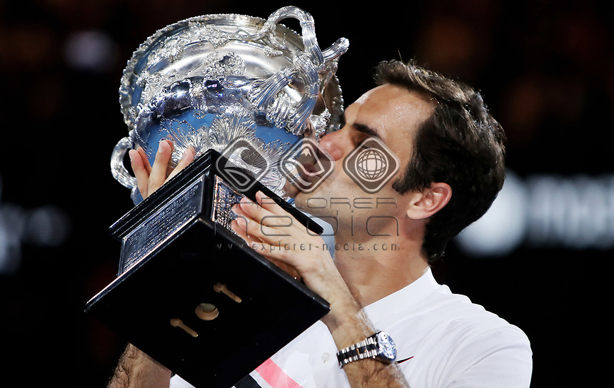 MELBOURNE,AUSTRALIA,28.JAN.18 - TENNIS - ATP World Tour, Grand Slam, Australian Open. Image shows Roger Federer (SUI). Keywords: trophy. Photo: GEPA pictures/ Matthias Hauer / Copyright : explorer-media