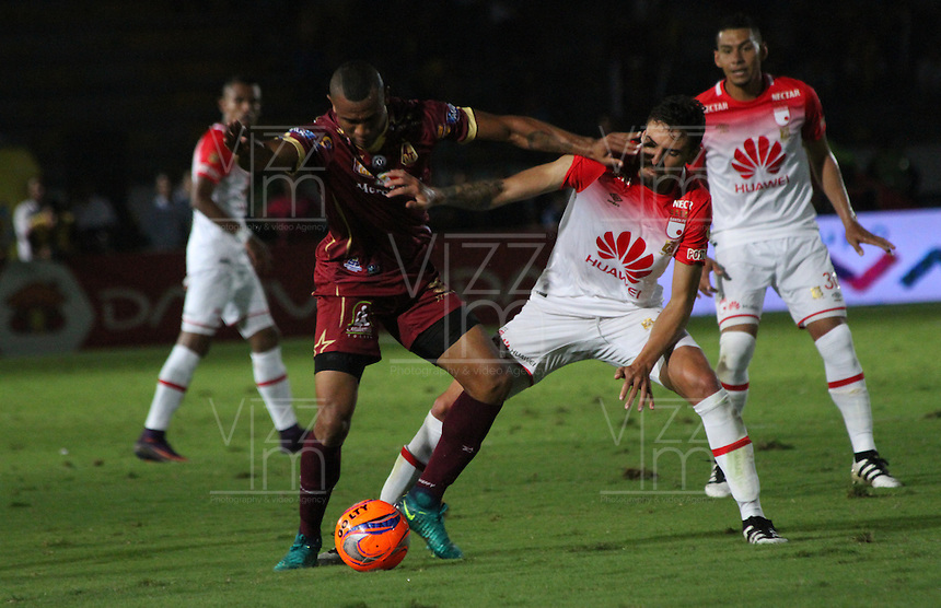 IBAGUE -COLOMBIA, 14-12-2016. Jose David Moya (Der) jugador de Independiente Santa Fe   disputa el balón con Angelo Rodriguez (Izq) del Deportes Tolima  durante encuentro  por la final ida de la Liga Aguila II 2016 disputado en el estadio Manuel Murillo Toro./ Jose David Moya  (R) player of Santa Fe   fights for the ball with Angelo Rodriguez(L) player of Deportes Tolima   during match for the firts match final of the Aguila League II 2016 played at Manuel Murillo Toro  stadium . Photo:VizzorImage / Felipe Caicedo  / Staff