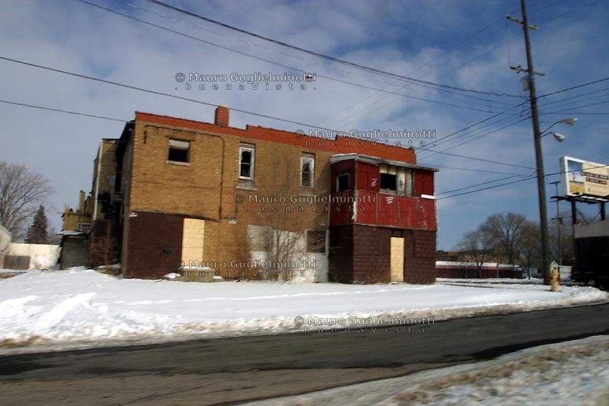 Flint, cittadina nei pressi di Detroit, resa famosa dal film di Michael Moore sulla crisi della General Motors. Un vecchio edificio in una strada innevata.