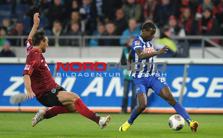 04.10.2013, HDI Arena, Hannover, GER, 1.FBL, Hannover 96 vs Hertha BSC, im Bild Christian Schulz (Hannover #19), Adrian Ramos (Berlin #20)<br /> <br /> Foto &copy; nph / Frisch