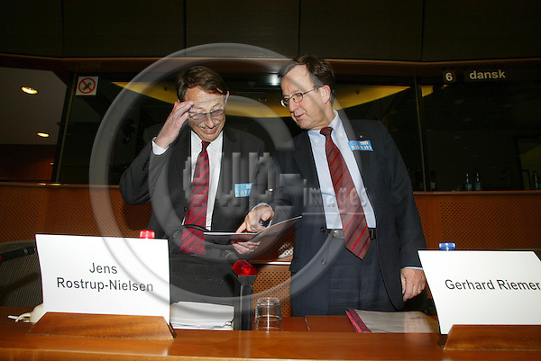 """BRUSSELS - BELGIUM - 10 JANUARY 2006 -- From left .Jens ROSTRUP-NIELSEN, Research Director of Haldor Topsøe, and Gerhard RIEMER, Director of the Research and Education department, Federation of Austrian Industry, before the panel discussion on FP7: """"Stimulate Innovation and Excellence in the EU"""".  PHOTO: ERIK LUNTANG / EUP-IMAGES"""
