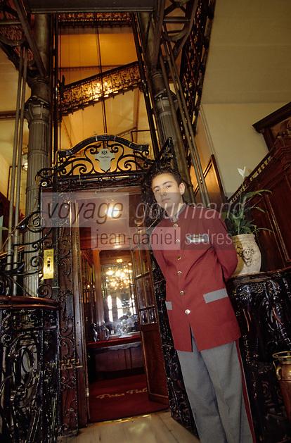 Europe et Asie /Turquie/Istanbul: Hotel Pera Palace Hotel Mythique d'Istanbul qui accueilit Agatha Christie - l'ascensceur et son groom