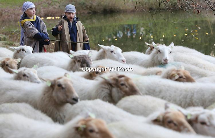 Foto: VidiPhoto<br /> <br /> HEILIG LANDSTICHTING - Een tiental burgemeesters uit de wijde regio bij Nijmegen heeft zaterdag gefigureert als levende kerststal in Museumpark Ori&euml;ntalis in Heilig Landstichting. Daarna vervolgden ze hun tocht door het park, vergezeld van een schaapherder met kudde, een ezel, kameel en tientallen bezoekers. De burgemeesters openden hiermee het zogenoemde Feest van Licht, een enorm kerstevenement in Ori&euml;ntalis. Naast de traditionele kerststallententoonstelling is er een drijvende kerststal, een kerstknikkerbaan, ice-carving, kerstmarkt, ikonententoonstelling en tal van andere activiteiten. Feest van Licht duurt tot en met 4 januari.