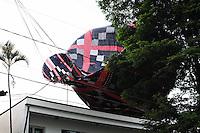 ATENÇÃO EDITOR: FOTO EMBARGADA PARA VEÍCULOS INTERNACIONAIS. - SAO PAULO)31 de dezembro 2012.(QUEDA DE BALAO). Um Balao caiu sobre uma casa na Rua Caraguatai Vila Floresta Santo Andre  . ADRIANO LIMA / BRAZIL PHOTO PRESS).