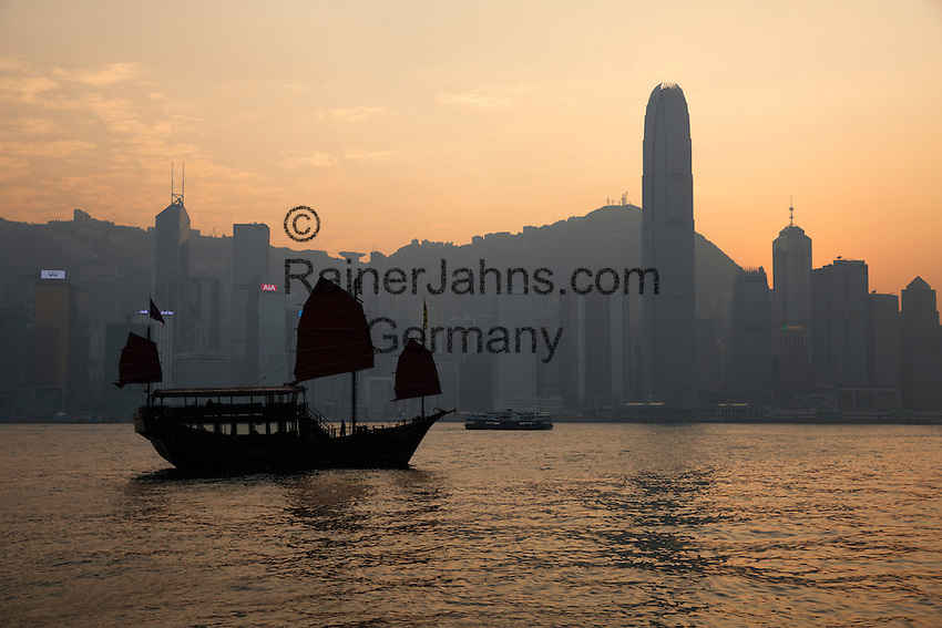 People's Republic of China, Hong Kong: Aqua Luna Junk boat in Victoria harbour with Hong Kong skyline at sunset   Volksrepublik China, Hongkong: die Aqua Luna Dschunke im Victoria Harbour vor der Skyline Hongkongs im Sonnenuntergang