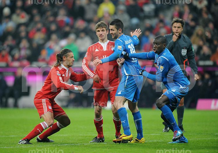 Fussball 1. Bundesliga   Saison   2009/2010  18. Spieltag  15.01.2010 FC Bayern Muenchen  - 1899 Hoffenheim Thomas Mueller (2.v.li., FCB) gegen Vedad Ibisevic (3.v.li, Hoffenheim) mit Martin Demichelis (li, FCB) und Demba Ba (re, Hoffenheim)