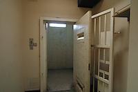 IRLANDA - Irlanda del Nord - contea di Antrim, pressi di Lisburn - Maze prison , Long Kesh per i militanti repubblicani. Nel 1981 vi morirono Bobby Sands e altri militanti dell'IRA in seguito ad uno sciopero della fame La cella di isolamento .Il carcere è stato chiuso nel 2000 e oggi ci sono progetti in corso per la riabilitazione dell'intera area, con possibile costruzione di centri sportivi e culturali IRELAND - Northern Ireland - County Antrim, near Lisburn - Maze Prison, Long Kesh for republican militants. In 1981 there died Bobby Sands and other IRA following a hunger strike. The prison was closed in 2000 and today there are plans for the rehabilitation of the entire area, with the possible construction of sports and cultural centers