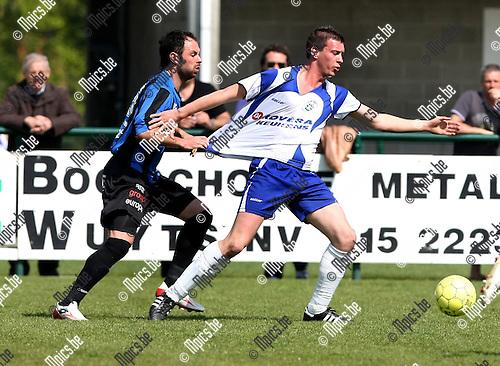 2010-04-18 / Voetbal / seizoen 2009-2010 / KSK Heist - VW Hamme / Scaapino probeert Wouter Van der Mieren (Heist) foutief af te stoppen..Foto: mpics