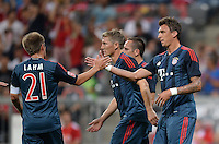 Fussball  International   Audi Cup 2013  Saison 2013/2014   31.07.2013 FC Bayern Muenchen - Sao Paulo FC  JUBEL FC Bayern; Torschuetze zum 1-0 Mario Mandzukic (re) klatscht Philipp Lahm (li) ab; Bastian Schweinsteiger (Mitte)