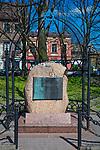 Pomnik z tablicą Fundacji Rodzinny Nissenbaumów poświęcony pamięci zamordowanych krakowskich Żydów, ulica Szeroka w Krakowie.<br /> Monument with a plaque of the Nissenbaum Family Foundation dedicated to the memory of the murdered Krakow Jews, Szeroka Street in Krakow.
