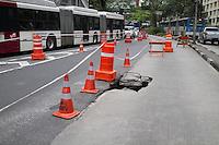 SAO PAULO, SP, 17.10.2013 -  TRANSITO AV NOVE DE JULHO - BURACO - A av Nove de julho amanhece com buraco na altura do nº 2000 nesta quinta-feira (17). (Foto: Marcelo Brammer / Brazil Photo Press).